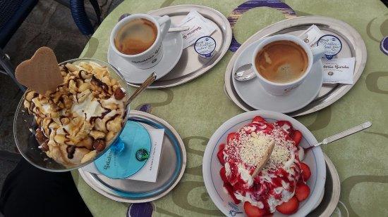 Gran Gelato: vanilkové špagety s jahodami a oříškový pohár
