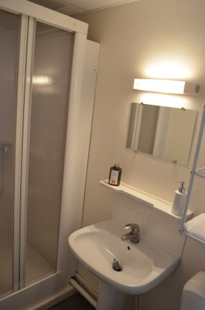 Salle de bain avec douche photo de hotel du grand cerf for Hotel avec bain