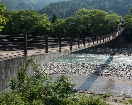 Gifu Prefecture, Giappone: Bridge crossing to village