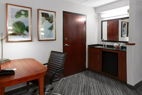Hyatt Place Detroit/Livonia: desk and wet bar