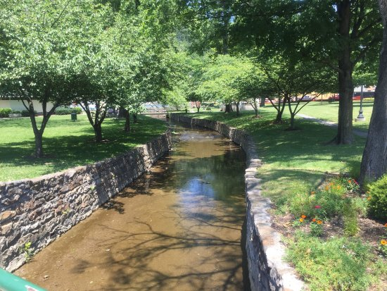 Berkeley Springs, Δυτική Βιρτζίνια: The stream next to the park entrance
