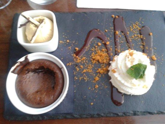Revel, Γαλλία: Fondant au chocolat maison, glace vanille