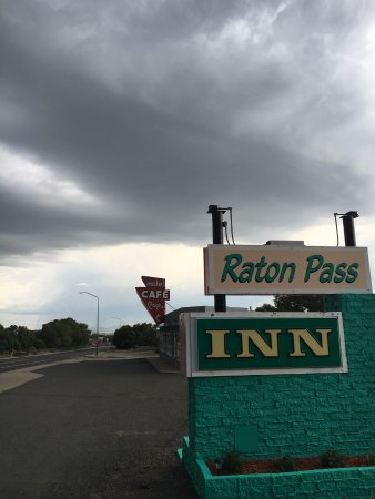 Raton Pass Inn: front Sign