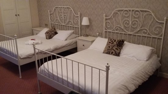 Star Hotel: Superior double showing two double beds, towels and wardrobe.