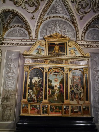 Bellano, Italie : The large altarpiece depicting the life of St.John the Baptist