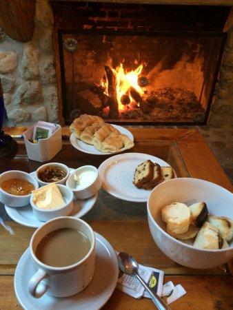 Hosteria Cohuel: Desayuno frente al hogar