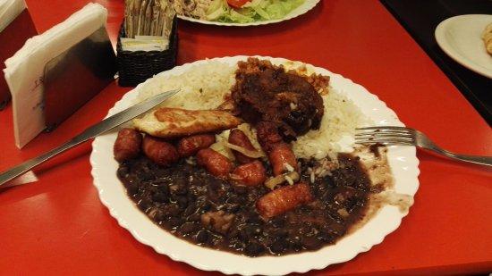Aipo & Aipim Ipanema: Plato contundente (arroz, frejoles, pollo, carne de cerco y salchichas)