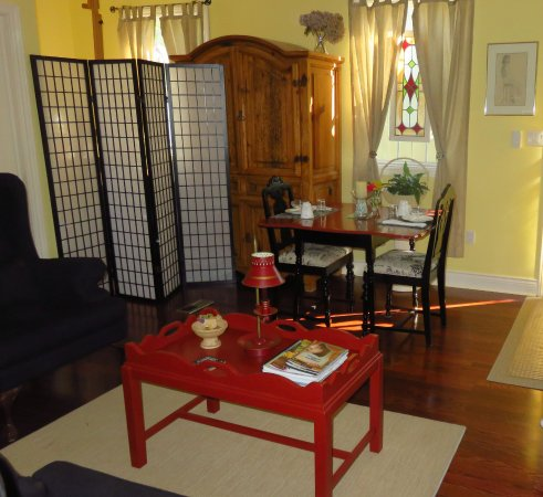 1818 Rising Sun Bed & Breakfast: Separate eating area for breakfast or relaxation.