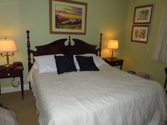 1818 Rising Sun Bed & Breakfast: Large comfortable bed in nicely decorated bedroom.