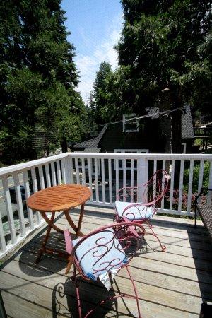 Arrowhead Lake Inn: Blue Boy Balcony #6