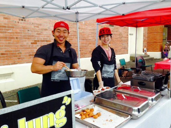 Invercargill, Nueva Zelanda: Larry & Lily from South Korean selling Korean Fried Chicken - the most popular stall at the mark