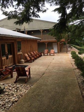 Monteagle, TN: Rear of Smokehouse Inn sitting area, lobby entry/exit