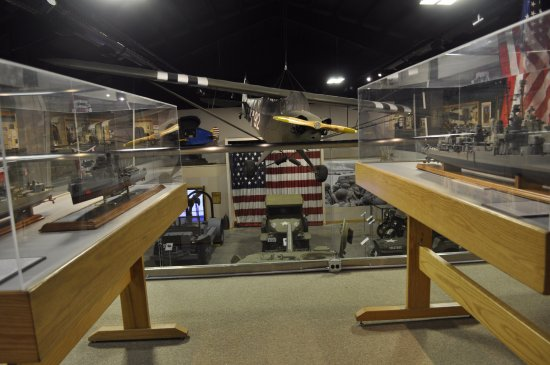 Wolfeboro, Nueva Hampshire: WWII airplane framed by battleship models