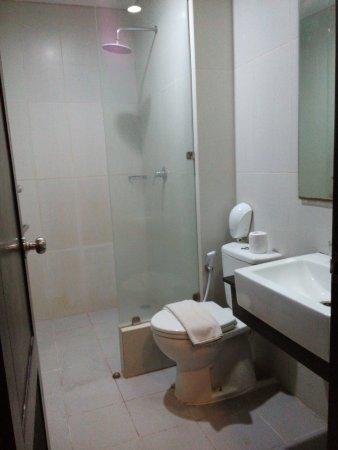 Gosyen Hotel: hanya ada bath towel, sabun & shampoo serta alas kaki