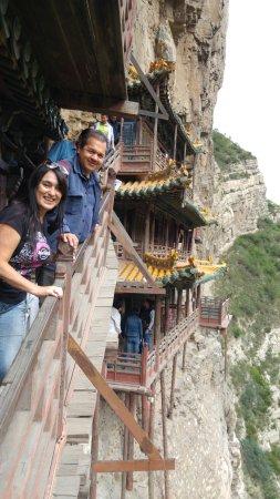 Hengshan Hanging Temple (Xuankong si): Se puede ver lo alto que es y los delicados pilares que lo sostienen
