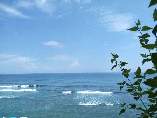 Blue Point Bay Villas & Spa: pantai berombak, cocok untuk peselancar