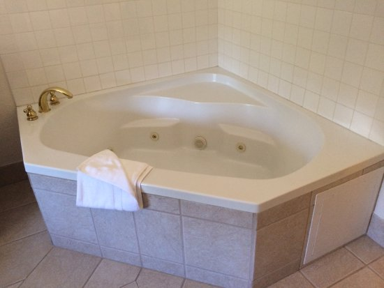 Mt. Rushmore's White House Resort: In room jacquzzi bath
