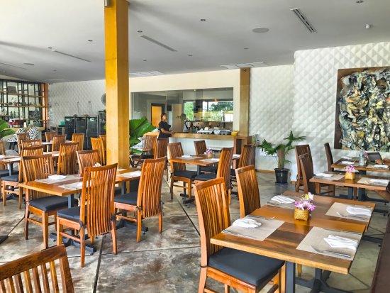 Taste Bar & Grill: Open mid day😋