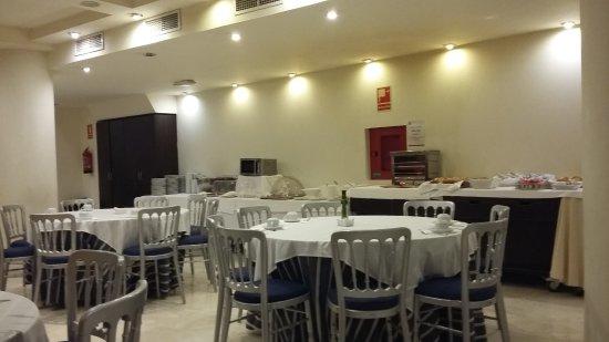 Santa Fe, España: le buffet du matin, dans les sous-sol désert de l'hotel...