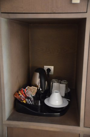 Protur Biomar Gran Hotel & Spa: Kaffee-/Teekochnische. Diese steht im Dunkeln und hätte beleuchtet sein können.