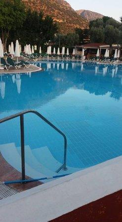 Club Belcekiz Beach Hotel: big pool with exellent pool bar with great staff