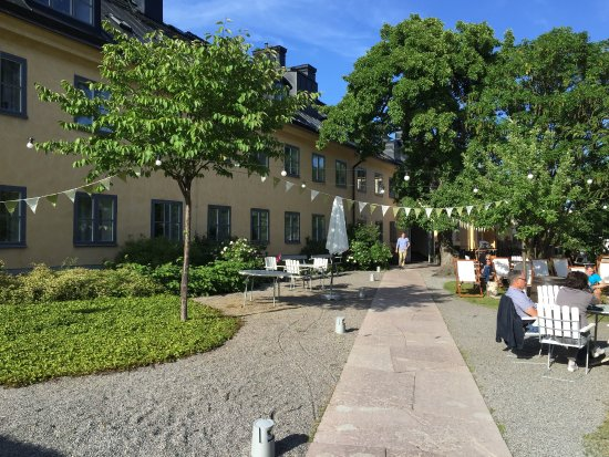 Hotel Skeppsholmen: The garden outside the hotel and restaurant - great harbor views