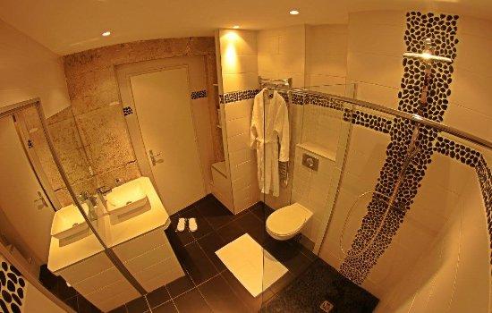 La salle de bain contemporaine - Picture of Le Carre Merciere, Lyon ...