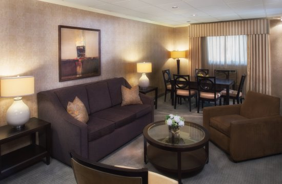 Bethesda Court Hotel: Suite Sitting and Dining Area