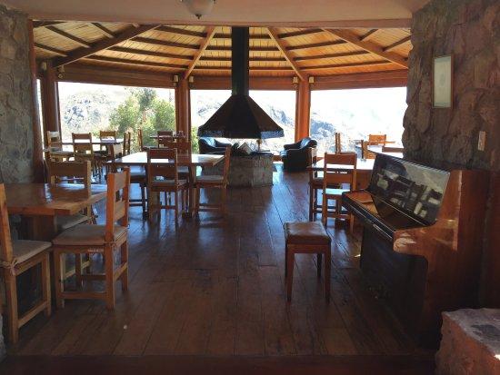 Comedor con chimenea al centro y piano - Bild von Refugio Vinak ...