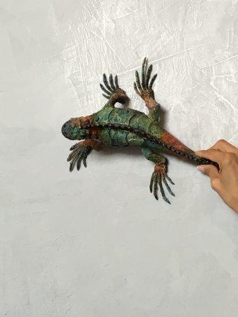 Galería Aymara: Iguana sculpture can be hung on the wall!