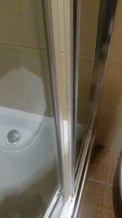 Glam House - rooms & apartments: szpara w kabinie prysznicowej