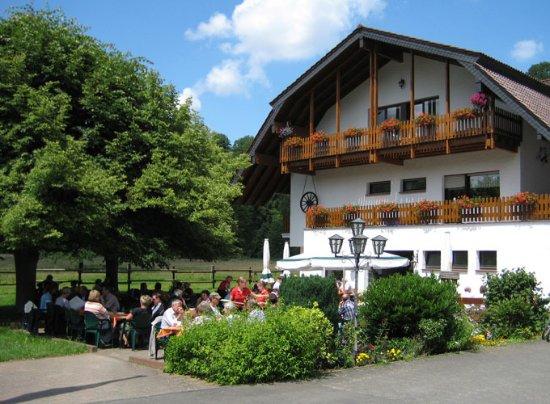Nideggen, Almanya: Biergarten gut besucht...