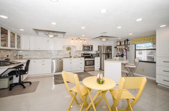 Sea Club Rentals: Kitchen