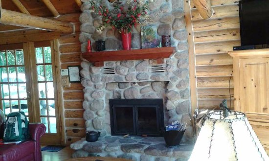 Bay Breeze Resort: Fireplace in living room