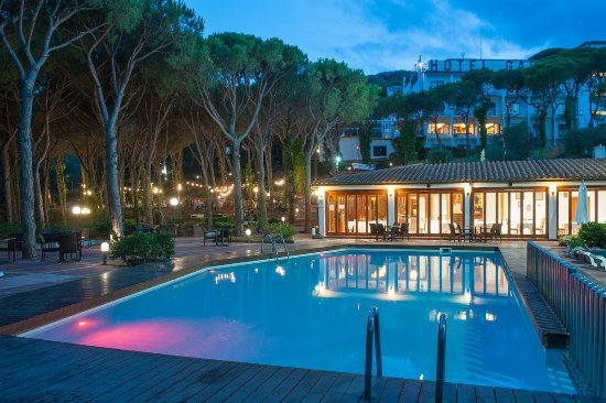 Hotel Garbi : Swimming pool by night