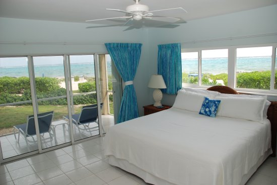 The Retreat at Rum Point: Steps out to the sand and beautiful panoramic views!