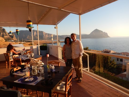 Cena in terrazza. aspettando iltramonto sul golfo di Macari - Foto ...