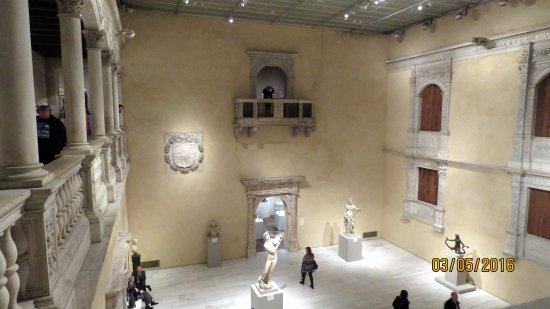El Museo Metropolitano De Arte: Patio Español