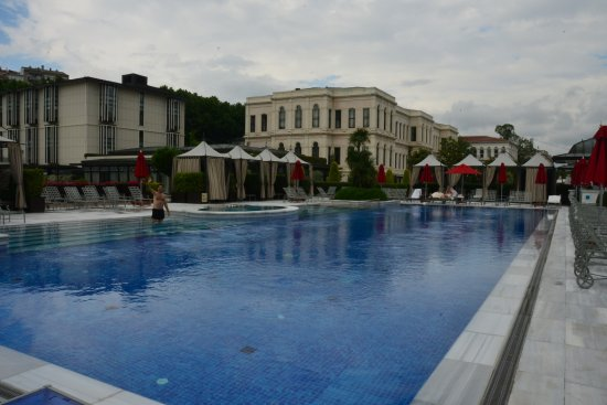Four Seasons Istanbul at the Bosphorus: Pool with hotel in the back