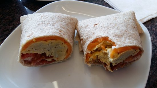 Surrey, Kanada: Cold wrap instead of a warm breakfast sandwich. The eggs are so overcooked they look gray.