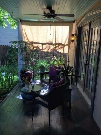 The Charlotte Hotel & Restaurant: Peaceful porch of the annex house