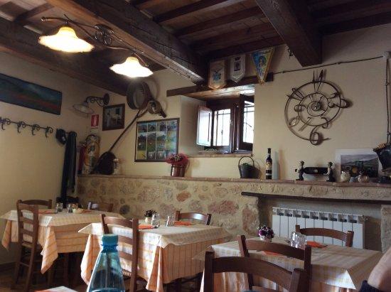 Sala da pranzo della locanda de senari arredata sobriamente con