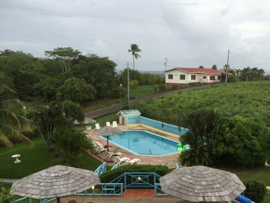 Riseland, Tobago: Uitzicht op het zwembad vanaf de suite.