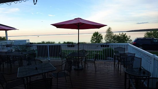 Picante Cafe : the deck overlooking the lake