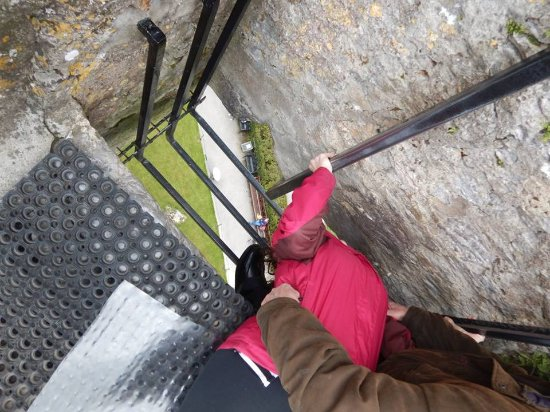‪قلعة وحدائق بلارني: Kissing the Blarney Stone‬