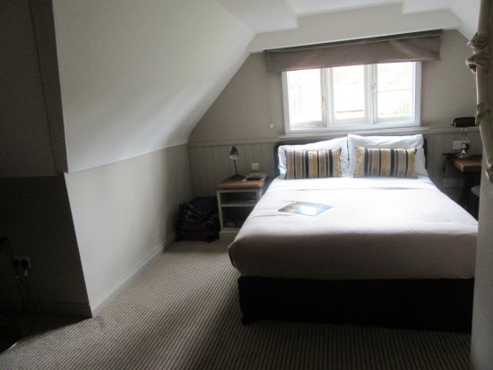 The Crown Manor House Hotel: If this is a standard room, I can't imagine what a compact room is like.