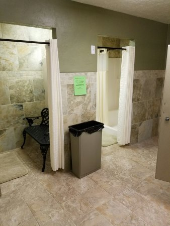 Mountain Meadow RV Park & Cabins: Oue showers