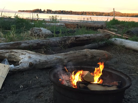 Beach Acres Resort: Firepit with beach beyond.
