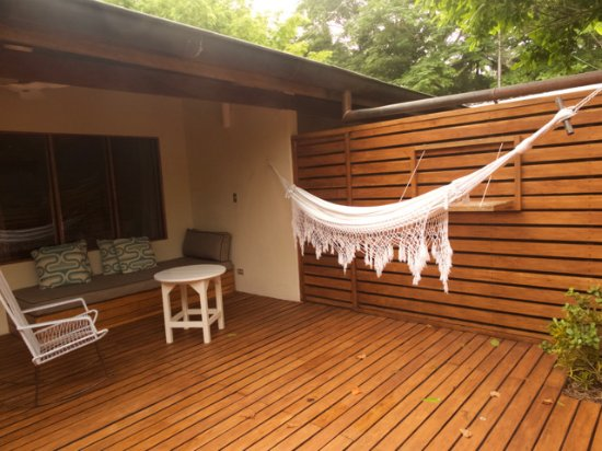 Harmony Hotel Nosara: This is the outside patio of the Cocos rooms, with sofa and hammock