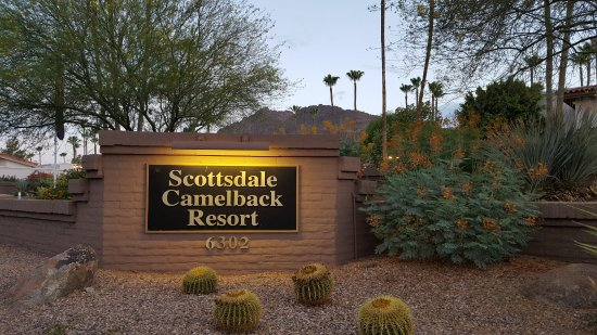 Scottsdale Camelback Resort: The sign out front
